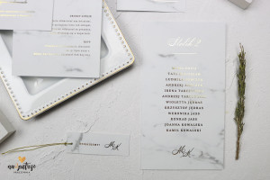 plan stołów ze złotymi literami, marmurowy
