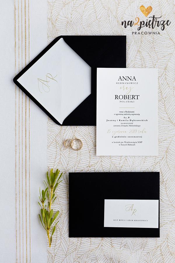 zaproszenie i czarna koperta z personalizacją