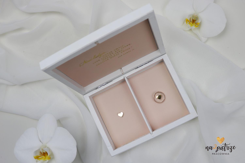 różowe pudełko na obrączki ślubne, złote napisy