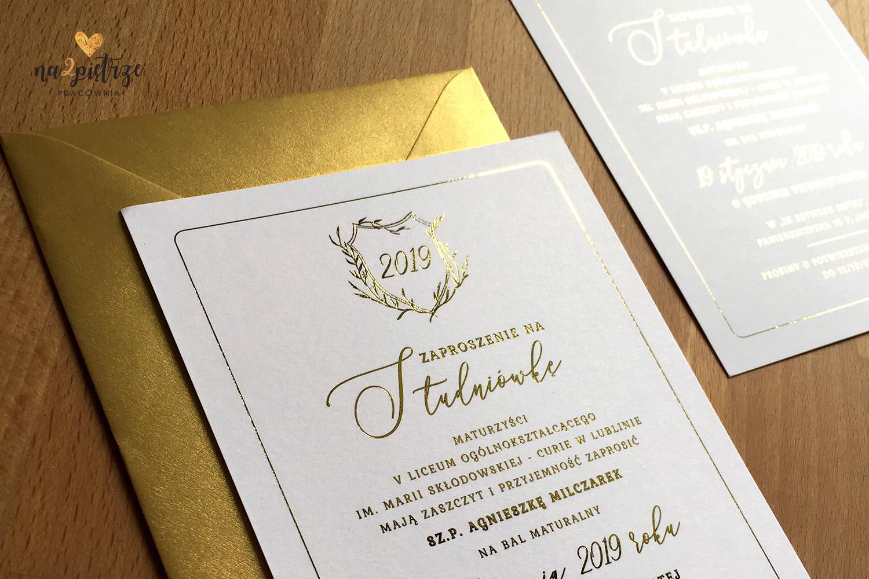 zaproszenia studniówkowe, proste, jednokartkowe ze złotą czcionką, złota koperta