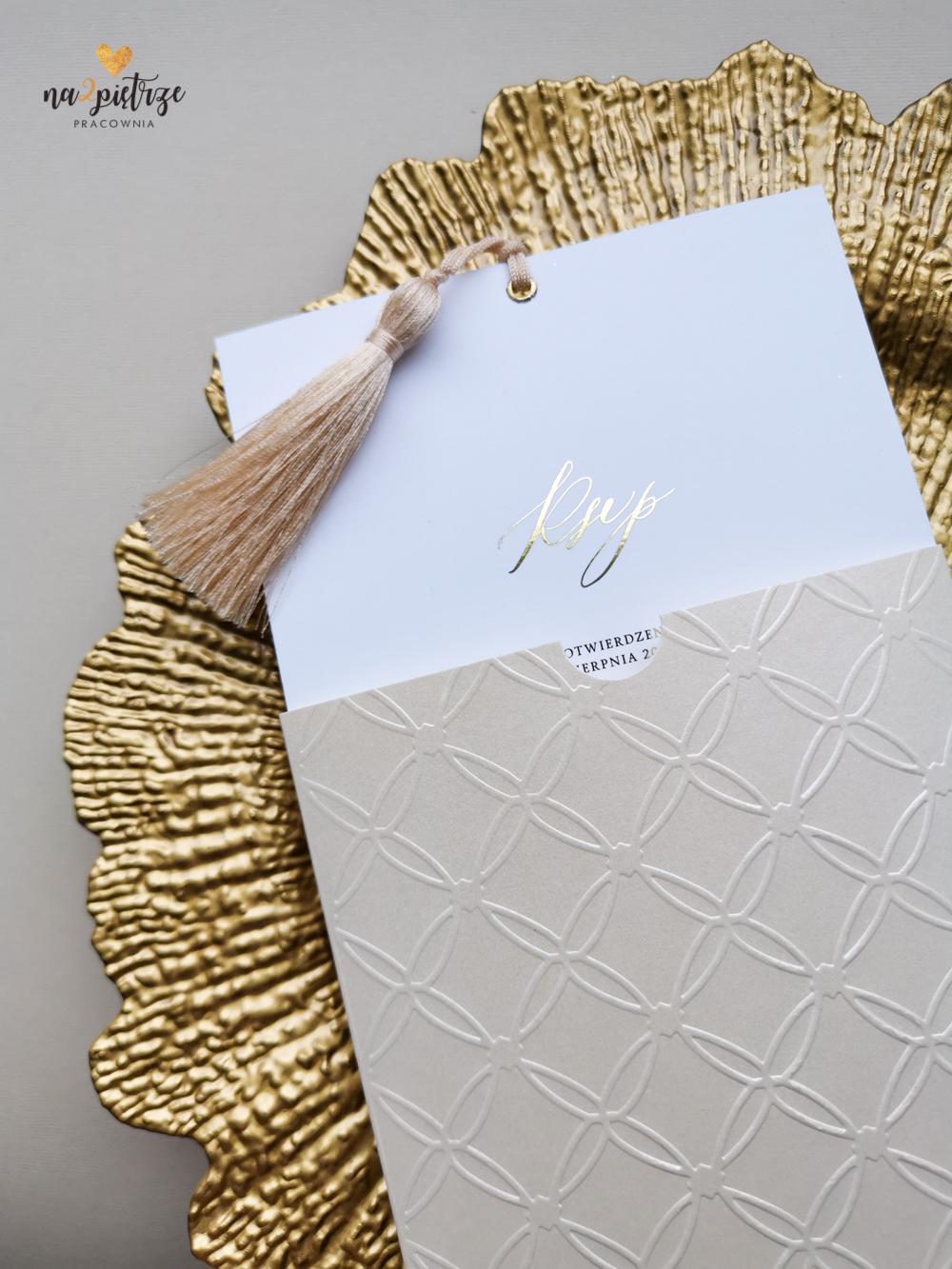 eleganckie zaproszenie z chwostem i złotym drukiem