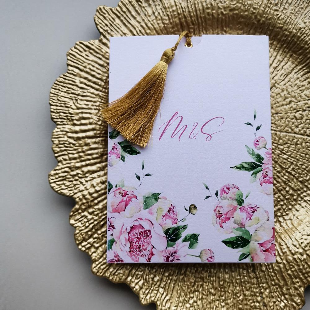różowe kwiatowe zaproszenie ślubne ze złotym chwostem