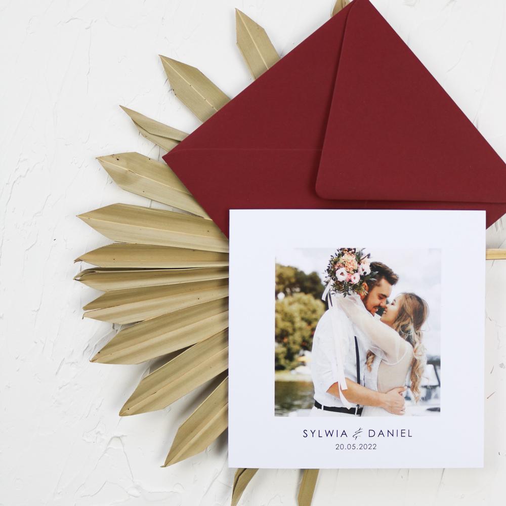 zaproszenie ślubne z zdjęciem Pary Młodej, otwierane na bok, bordowa koperta