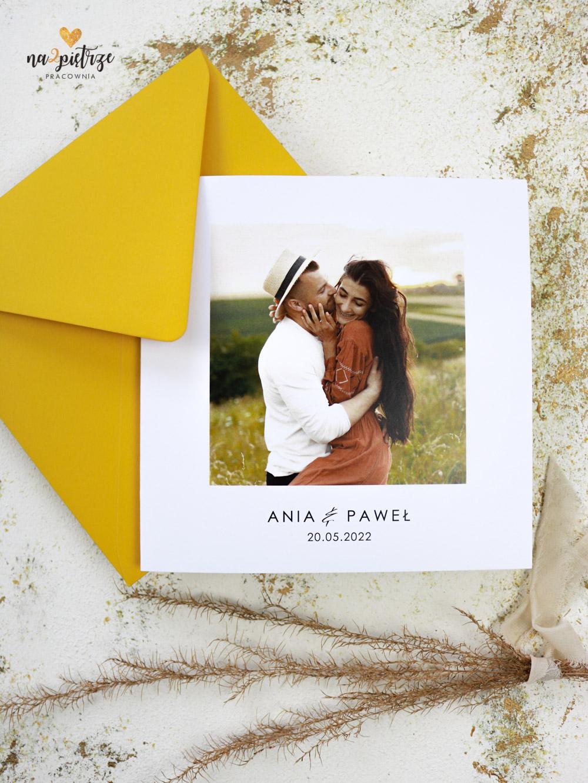 zaproszenie ślubne z romantycznym zdjęciem Pary Młodej, otwierane na bok, żółta koperta