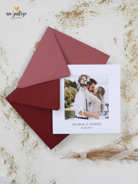 zaproszenie ślubne ze zdjęciem Pary Młodej, otwierane na bok, bordowa i różowa koperta