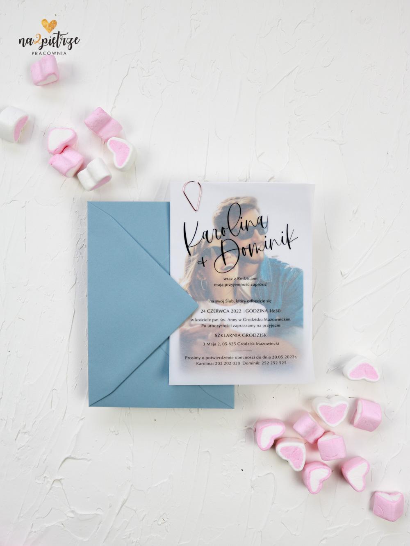 zaproszenie ślubne ze zdjęciem młodej pary, niebieska koperta
