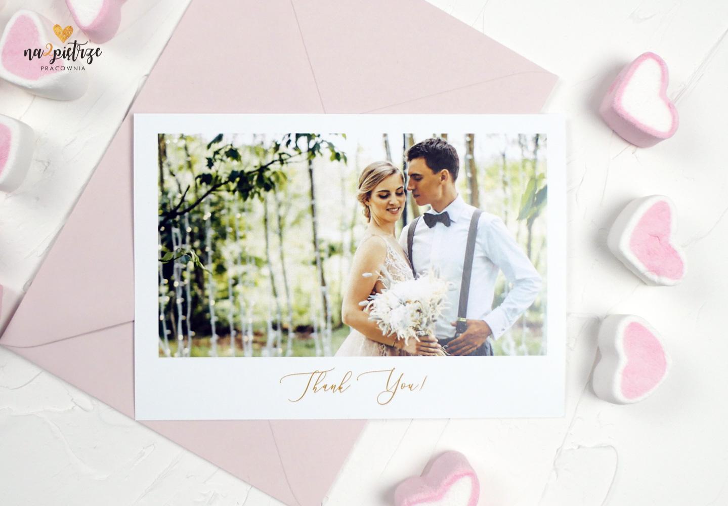 pocztówka ze ślubnym zdjęciem, podziękowanie dla gości, różowa koperta