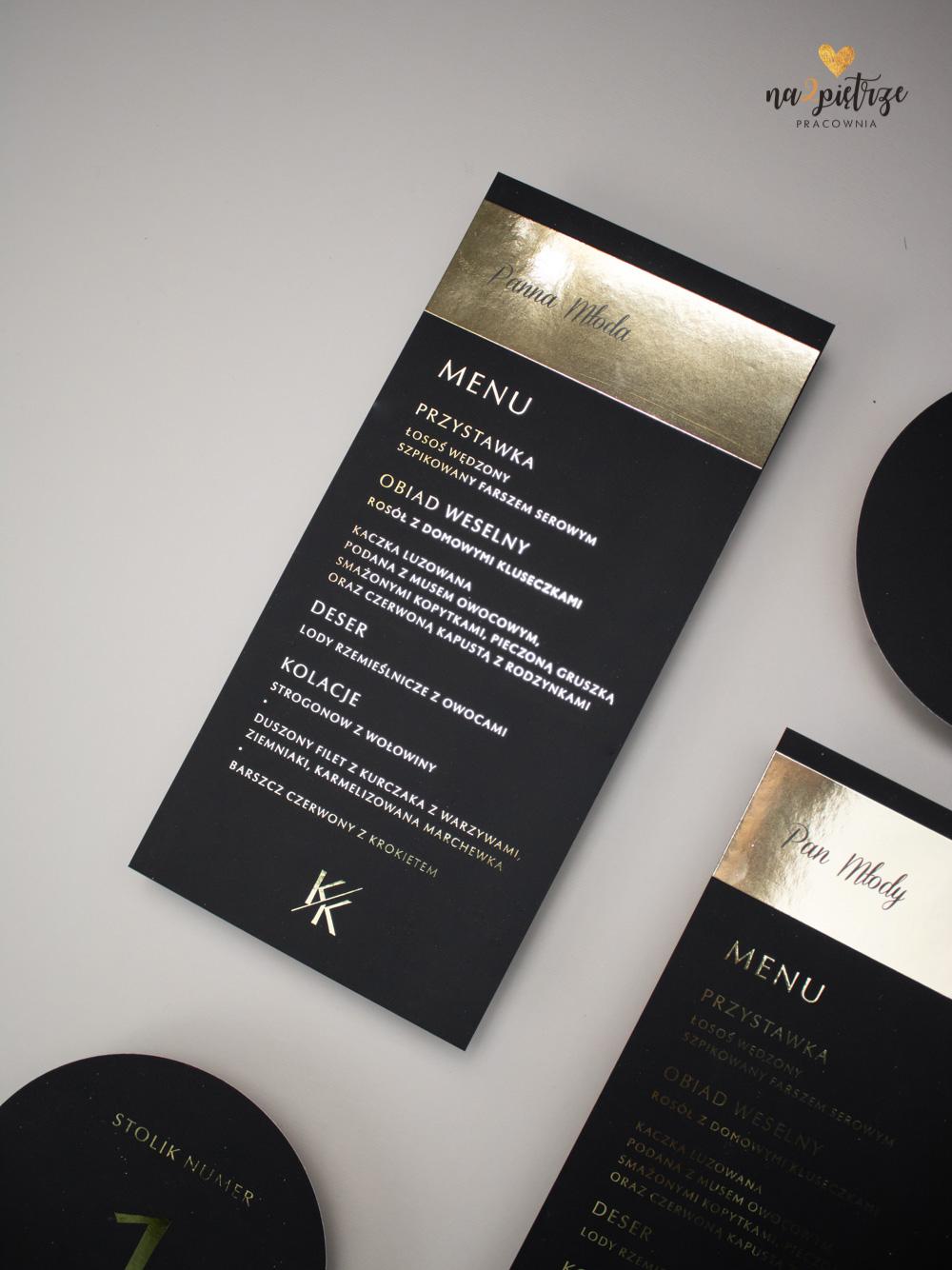 czarne menu weselne na talerz ze złotymi literami